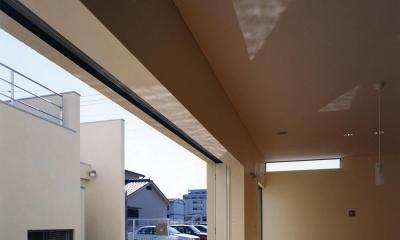 中庭と水盤のある家|上新田の家 (中庭と水盤05 水盤からの光がリビング天井に「ゆらぎ」を)