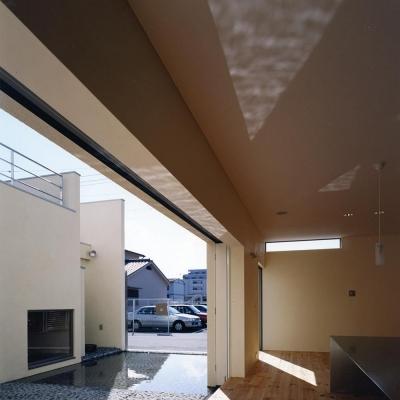 中庭と水盤05 水盤からの光がリビング天井に「ゆらぎ」を (中庭と水盤のある家|上新田の家)
