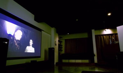 正面のスクリーン|AMPHITAー生活の中心に音楽がある部屋