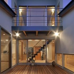 MJ2-house (建物の中心にあるウッドデッキ)