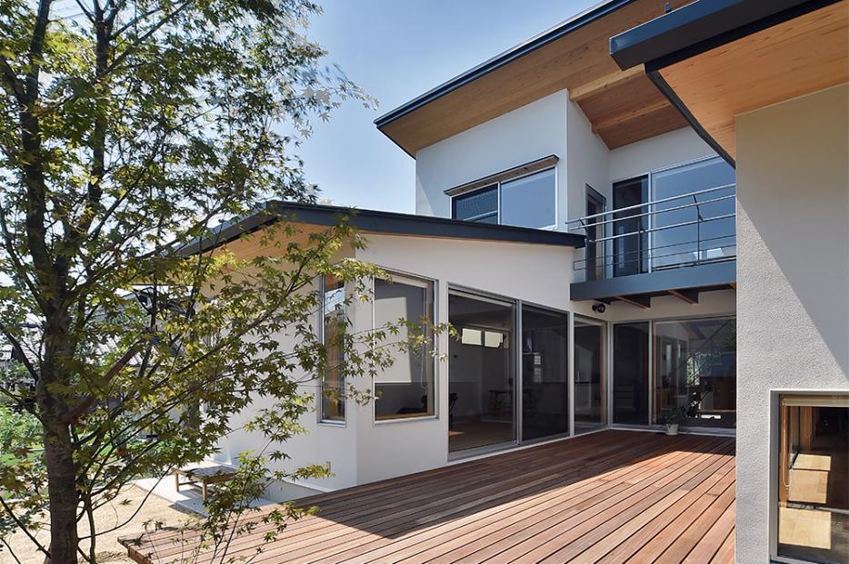 MJ2-house (ウッドデッキを囲んだコートハウス)