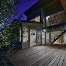 MJ2-houseの写真 ウッドデッキを囲んだコートハウス (夜景)
