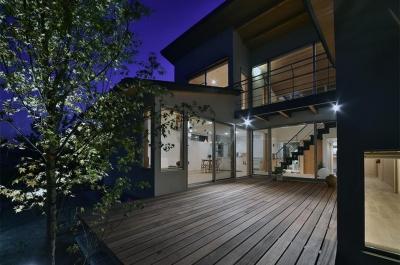 MJ2-house (ウッドデッキを囲んだコートハウス (夜景))