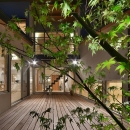 MJ2-houseの写真 建物の中心にあるウッドデッキ (夜景)