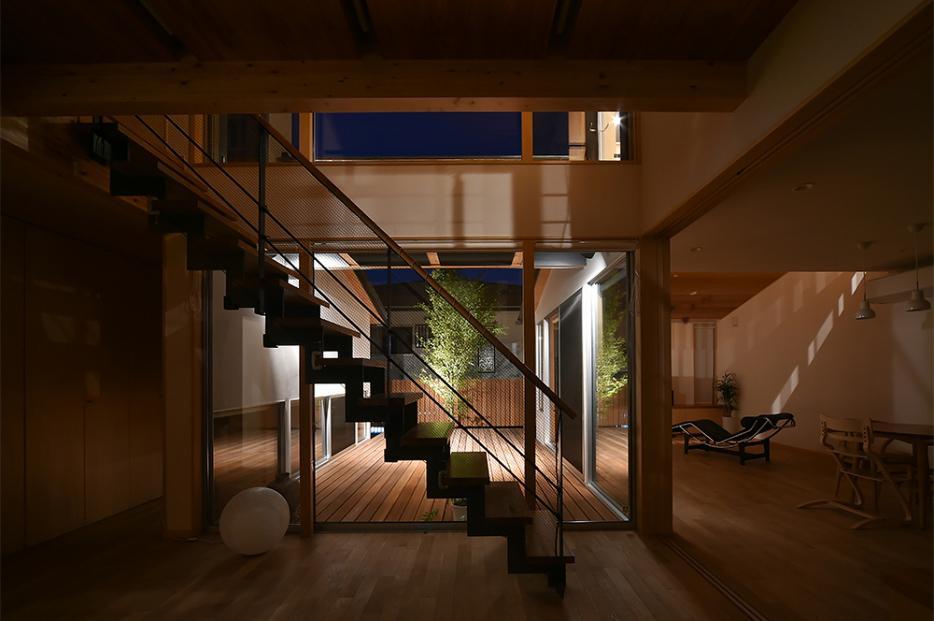 MJ2-house (吹き抜けのある玄関ホール (夜間))