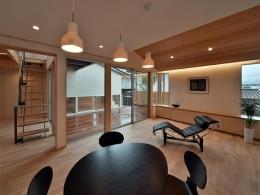 MJ2-house (ウッドデッキと隣接する開放的なDK)