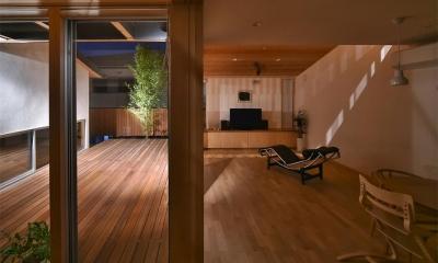 MJ2-house (ウッドデッキと隣接する開放的なLDK (夜間))