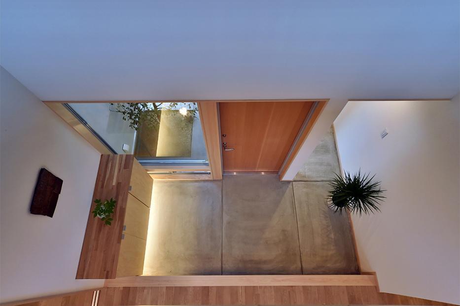 MJ2-house (吹き抜けから玄関を見下ろす)