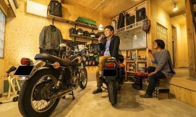 大好きなバイクと暮らすラスティックな素材感を楽しむ住まい