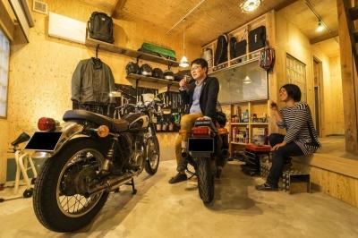 エントランス・ガレージ (大好きなバイクと暮らすラスティックな素材感を楽しむ住まい)