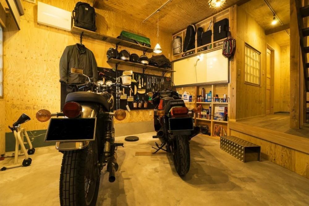 大好きなバイクと暮らすラスティックな素材感を楽しむ住まい (エントランス・ガレージ)