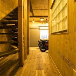 大好きなバイクと暮らすラスティックな素材感を楽しむ住まい (ホール)