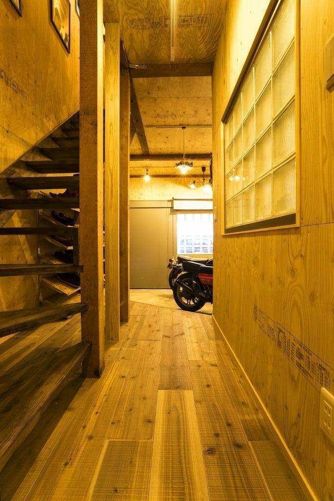 大好きなバイクと暮らすラスティックな素材感を楽しむ住まいの部屋 ホール