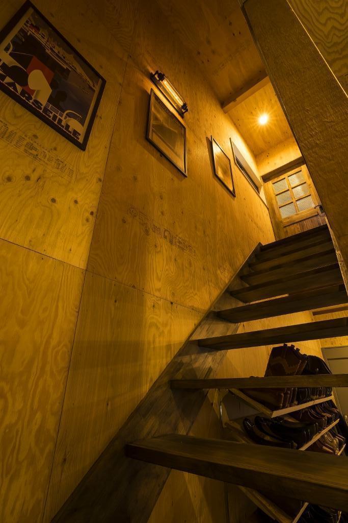 大好きなバイクと暮らすラスティックな素材感を楽しむ住まいの部屋 階段