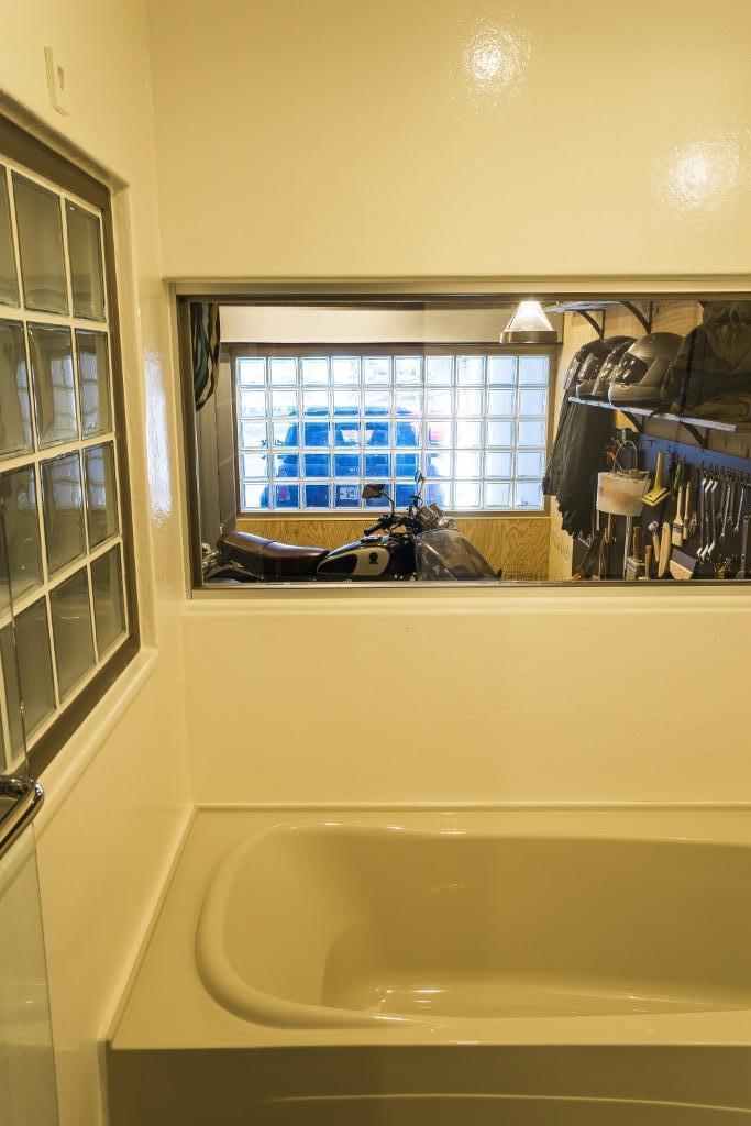 大好きなバイクと暮らすラスティックな素材感を楽しむ住まいの部屋 バスルーム