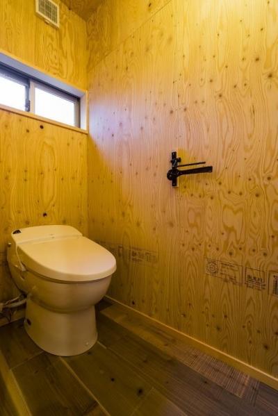 トイレ (大好きなバイクと暮らすラスティックな素材感を楽しむ住まい)