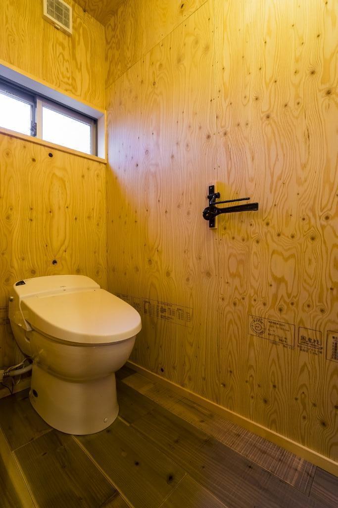 大好きなバイクと暮らすラスティックな素材感を楽しむ住まいの部屋 トイレ
