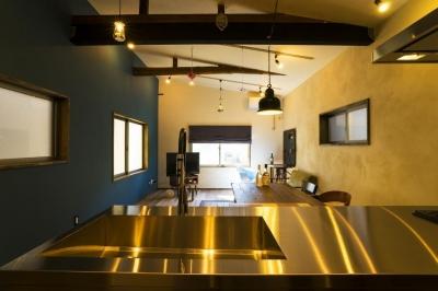 リビングダイニングキッチン (大好きなバイクと暮らすラスティックな素材感を楽しむ住まい)