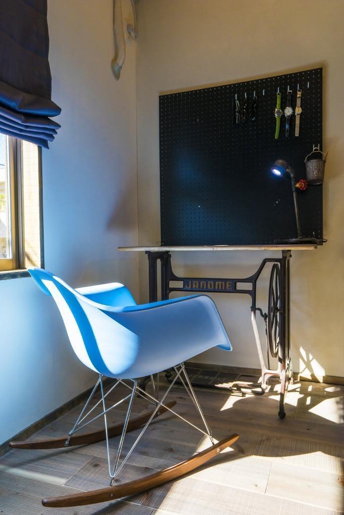 大好きなバイクと暮らすラスティックな素材感を楽しむ住まいの部屋 リビングダイニングキッチン