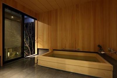 ひのき風呂 (室内まで続く路地のあるゲストハウス(宇治民宿・宇治壱番宿にがうり))
