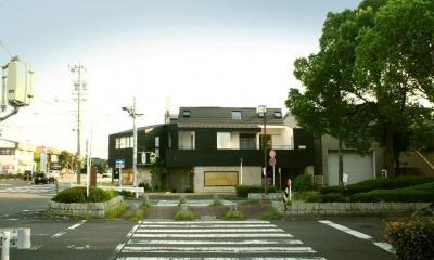 『ケローナ通り沿いの住宅』 〜 街並みに調和する2種類の外壁 〜 (ケローナ通り沿いの住宅 / 外観1)