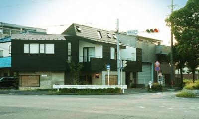『ケローナ通り沿いの住宅』 〜 街並みに調和する2種類の外壁 〜 (ケローナ通り沿いの住宅 / 外観2)
