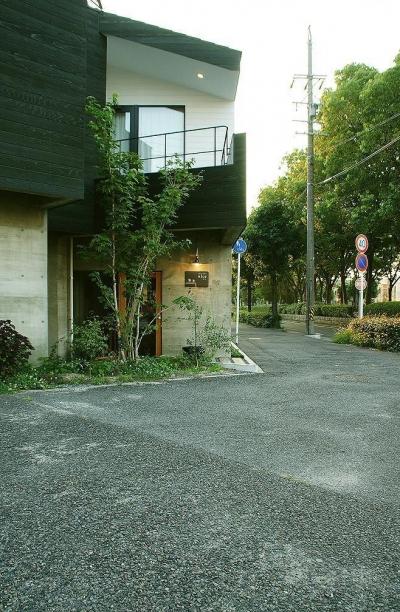 『ケローナ通り沿いの住宅』 〜 街並みに調和する2種類の外壁 〜 (ケローナ通り沿いの住宅 / 外観3)