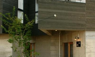 『ケローナ通り沿いの住宅』 〜 街並みに調和する2種類の外壁 〜 (ケローナ通り沿いの住宅 / 外観4)