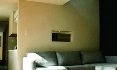 『ケローナ通り沿いの住宅』 〜 街並みに調和する2種類の外壁 〜 (リビング)