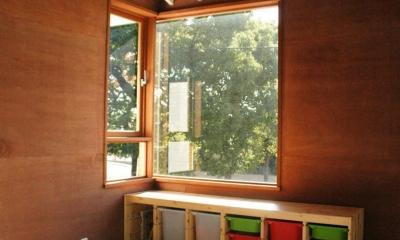 『ケローナ通り沿いの住宅』 〜 街並みに調和する2種類の外壁 〜 (子供部屋)