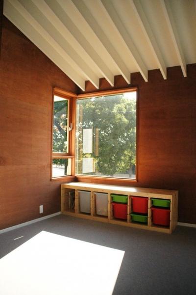子供部屋 (『ケローナ通り沿いの住宅』 〜 街並みに調和する2種類の外壁 〜)