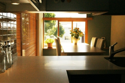 『ケローナ通り沿いの住宅』 〜 街並みに調和する2種類の外壁 〜 (キッチン〜ダイニング〜窓)