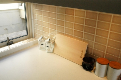 『ケローナ通り沿いの住宅』 〜 街並みに調和する2種類の外壁 〜 (キッチン)