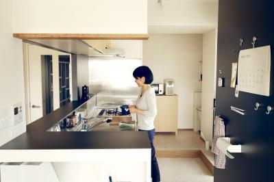 キッチン (『御器所のマンション K邸』 〜小上がりを使った居場所づくり〜)