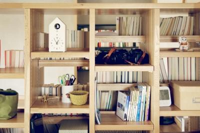 本棚 (『御器所のマンション K邸』 〜小上がりを使った居場所づくり〜)