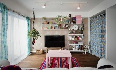 U邸・光と開放感たっぷり!色と雑貨の出会いを楽しむ、キャンバスのような住まいを実現 (ソファに座って見たリビング)