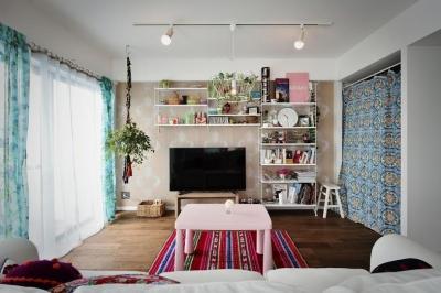 ソファに座って見たリビング (U邸・光と開放感たっぷり!色と雑貨の出会いを楽しむ、キャンバスのような住まいを実現)