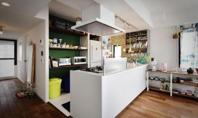 U邸・光と開放感たっぷり!色と雑貨の出会いを楽しむ、キャンバスのような住まいを実現 (キッチン)