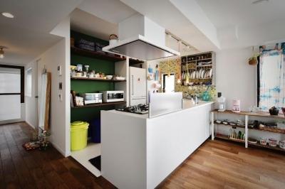 キッチン (U邸・光と開放感たっぷり!色と雑貨の出会いを楽しむ、キャンバスのような住まいを実現)