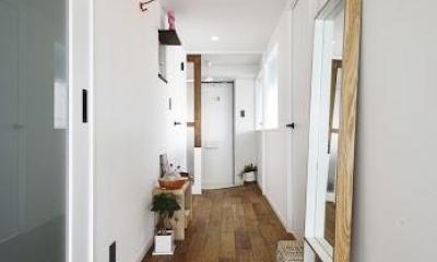 U邸・光と開放感たっぷり!色と雑貨の出会いを楽しむ、キャンバスのような住まいを実現 (廊下)
