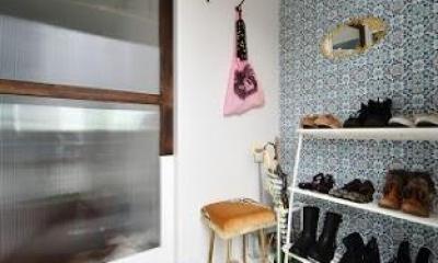 U邸・光と開放感たっぷり!色と雑貨の出会いを楽しむ、キャンバスのような住まいを実現 (玄関)