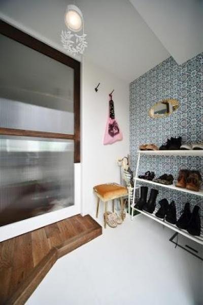 玄関 (U邸・光と開放感たっぷり!色と雑貨の出会いを楽しむ、キャンバスのような住まいを実現)