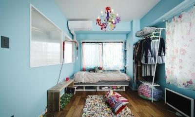 U邸・光と開放感たっぷり!色と雑貨の出会いを楽しむ、キャンバスのような住まいを実現 (ベッドルーム)
