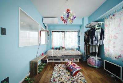 ベッドルーム (U邸・光と開放感たっぷり!色と雑貨の出会いを楽しむ、キャンバスのような住まいを実現)