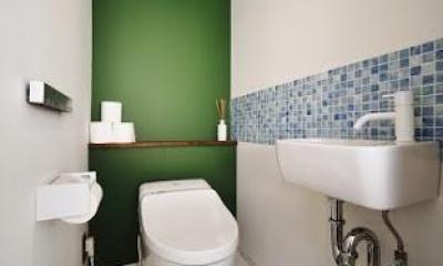 U邸・光と開放感たっぷり!色と雑貨の出会いを楽しむ、キャンバスのような住まいを実現 (トイレ)