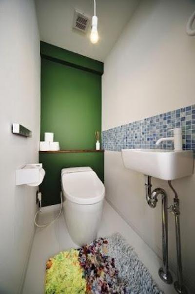 トイレ (U邸・光と開放感たっぷり!色と雑貨の出会いを楽しむ、キャンバスのような住まいを実現)