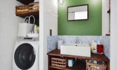 U邸・光と開放感たっぷり!色と雑貨の出会いを楽しむ、キャンバスのような住まいを実現 (洗面室)