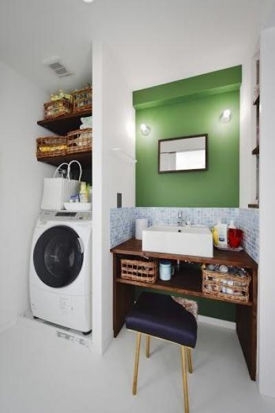 洗面室 (U邸・光と開放感たっぷり!色と雑貨の出会いを楽しむ、キャンバスのような住まいを実現)