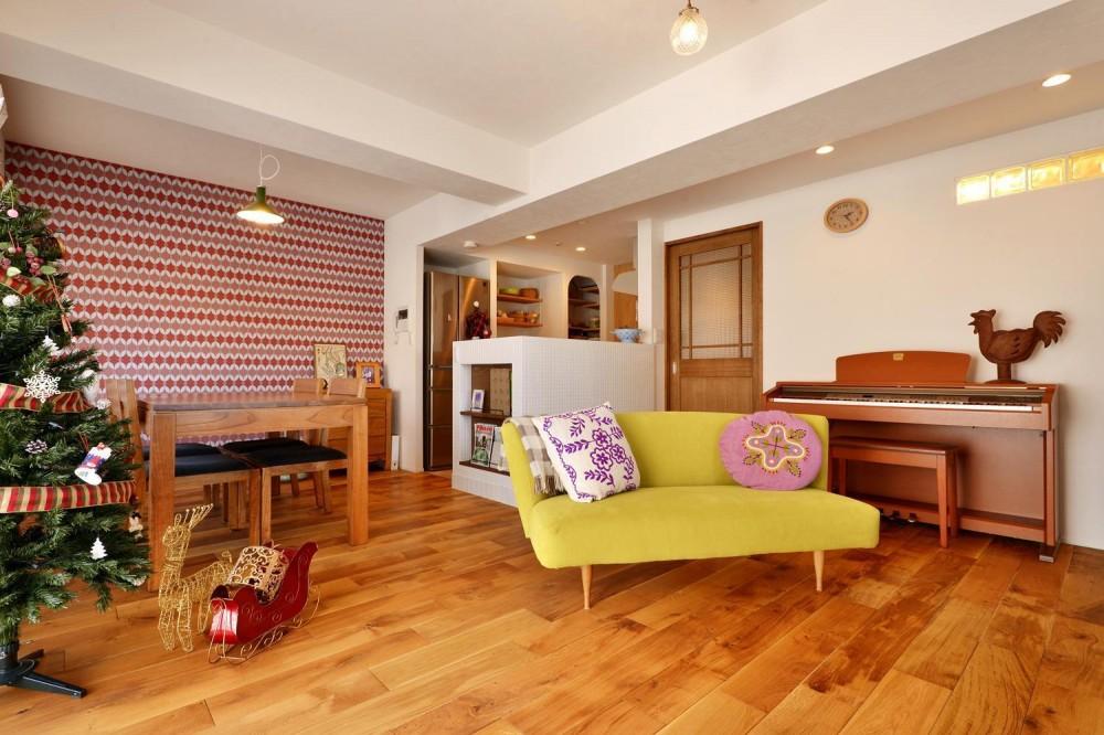 K邸・広くて開放的なLDKに個室も用意。お気に入りのクロスやタイルが楽しい住まい (LDK)