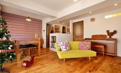 K邸・広くて開放的なLDKに個室も用意。お気に入りのクロスやタイルが楽しい住まい